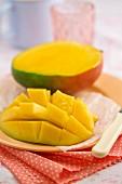 Aufgeschnittene Mango auf Teller