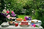 Kuchenbuffet im sommerlichen Garten
