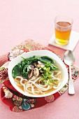 Misosuppe mit Pilzen, Spinat und Udonnudeln