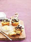 Muffins mit karamellisierten Zwiebeln und Feta