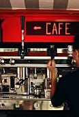 Mobile Espressobar: Person bedient Espressomaschine