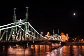 Budapest in der Abendbeleuchtung - Die Freiheitsbrücke über die Donau führt auf das Gellerthotel zu, Ungarn