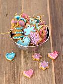 Lebkuchen mit bunter Glasur und Zuckerperlen als Christbaumschmuck
