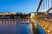 Die Kettenbrücke in Abenddämmerung, Blick auf den Burgpalast, Budapest, Ungarn