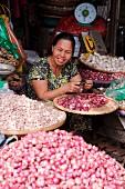 Frau verkauft Knoblauch am Dong Ba Markt, Hue, Vietnam, Indochina, Südostasien, Asien
