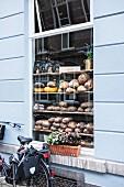 Verschiedene Brote im Schaufenster einer Bäckerei