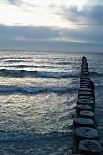 Wellenbrecher in Abenddämmerung, Vitter Bucht, Hiddensee, Mecklenburg-Vorpommern
