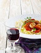 Nudeln mit Jakobsmuscheln und Tomaten, Rotweinglas
