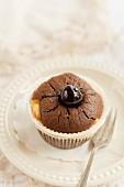 Ein Brownie-Muffin mit Kirsche