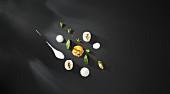 Bananen-Räucheraal mit Blue-Cheese-Rahmsauce, Eigelb mit Senfkörnern und Brunnenkressepüree (Flavour Pairing)