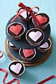 Schokoladencupcakes mit Fondantherzen zum Valentinstag