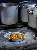 In Butter gebratene panierte Hähnchenbrust auf dem Herd in der Grossküche