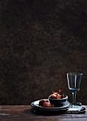Zwiebeln im Schälchen auf Tellerstapel