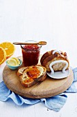 Orangen-Vanille-Marmelade mit frischem Brot und Butter