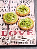 Puff pastry tartlets with vanilla cream and kiwis