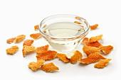 Öl im Schälchen und Orangenschale