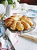 Pull Apart Bread (Zupfkuchen) mit Cheddar, Rosmarin und Orangenmarmelade auf einem Kuchengitter
