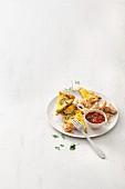 Zucchini-Frittata mit Putenbrust und Tomatensauce