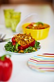 Rote Paprika mit Curry-Nuss-Füllung