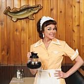 Kellnerin mit Kaffeekanne im Diner