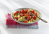 Quick pasta salad with red peppers, tomatoes and artichoke hearts