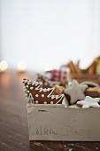 Zimtsterne und Lebkuchen in altem Karton