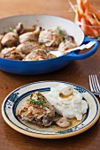Hähnchen in Knoblauchsauce mit Kartoffelbrei