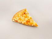 Ein Stück Käsepizza mit gefülltem Rand