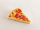 Ein Stück Pizza mit Schinken und Wurst