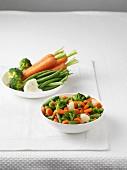 Frisches Gemüse und eine Schüssel gekochtes Mischgemüse