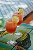 Zwei exotische Drinks mit Limette und Sternfrucht dekoriert