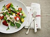 Pikanter Salat mit Erdbeeren, Hühnerfleisch & Tomaten