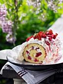 Biskuitrolle mit Erdbeeren & Rhabarber