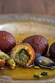 Gulab Jamun (Frittierte Teigbällchen in aromatisiertem Zuckersirup, Indien)