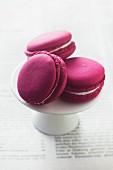 Rote Macarons auf weißem Kuchenständer