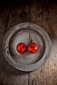 Zwei Tomaten auf Metallteller