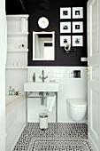 Kleines Badezimmer U-Bahnfliesen, anthrazitfarbener Wand und dekorativem Bodenfliesen