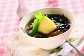 Algensuppe mit Schweinefleisch und Tofu
