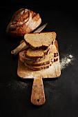 Geschnittenes Brot auf einem Holzschneidebrett