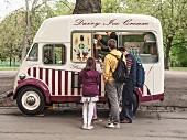 Eisverkauf in einem Park in London, England