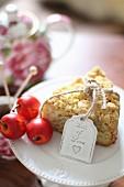 Ein Stück Apfel-Streusel-Kuchen vor Teekanne