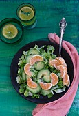 A mixed leaf salad with avocado and clementines