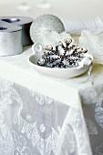 Glitzernder Weihnachtsschmuck auf Tischdecke aus Seidenorganza von Carolyn Quartermaine