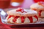 Baisertörtchen gefüllt mit Sahne & Erdbeeren