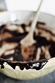 Reste von Schokoladenglasur in Schüssel