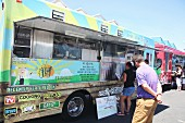 Menschen bei einem Food Truck Festival in Kalifornien, USA