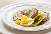 Gekochtes Rindfleisch mit Kartoffeln, Zwiebeln und Lauch
