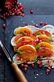 Fenchel-Grapefruitsalat mit Orangenschnitzen, Granatapfelkernen und Fenchelgrün