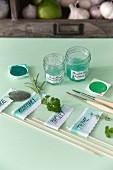 Selbstgemachte Kräuterstecker beschriftet & mit Wasserfarben dekoriert