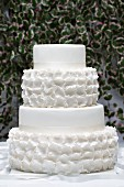 weiße vierstöckige Hochzeitstorte